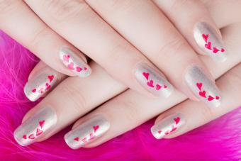 https://cf.ltkcdn.net/skincare/images/slide/184281-800x533-hearts-silver-nails.jpg