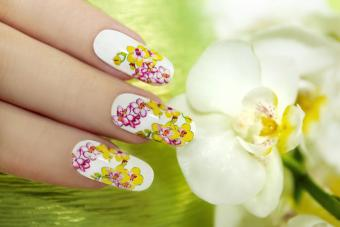 https://cf.ltkcdn.net/skincare/images/slide/184309-800x533-spring-flowers-nail-design.jpg