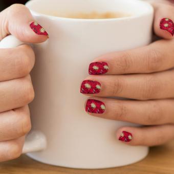 https://cf.ltkcdn.net/skincare/images/slide/184357-850x850-red-roses-nail-art.jpg