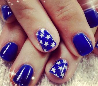 https://cf.ltkcdn.net/skincare/images/slide/186654-640x565-blue-white-stars-nail-art.jpg