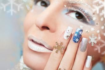 https://cf.ltkcdn.net/skincare/images/slide/191885-850x571-snowflake-and-glitter-nails.jpg