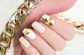 https://cf.ltkcdn.net/skincare/images/slide/191887-850x566-gold-manicure.jpg