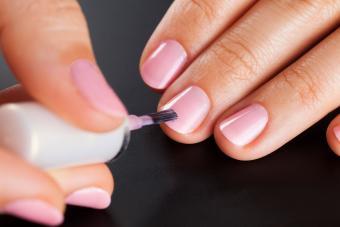 https://cf.ltkcdn.net/skincare/images/slide/233361-850x567-painting-nails-pale-pink.jpg