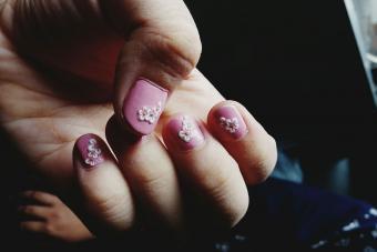 https://cf.ltkcdn.net/skincare/images/slide/233371-850x567-floral-nail-decals.jpg