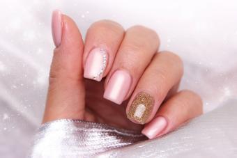 https://cf.ltkcdn.net/skincare/images/slide/233374-850x567-decorated-blush-nails.jpg