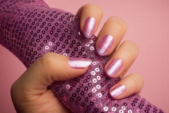 https://cf.ltkcdn.net/skincare/images/slide/233377-850x567-pink-metallic-nails.jpg