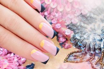 https://cf.ltkcdn.net/skincare/images/slide/233378-850x567-blush-nails-geometric-design.jpg