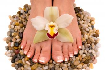 https://cf.ltkcdn.net/skincare/images/slide/235401-850x566-long-french-pedicure.jpg