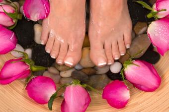 https://cf.ltkcdn.net/skincare/images/slide/235406-850x566-square-french-pedicure.jpg