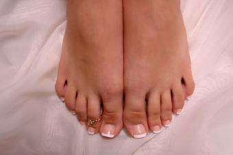 https://cf.ltkcdn.net/skincare/images/slide/235421-850x565-pink-french-pedicure.jpg