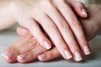https://cf.ltkcdn.net/skincare/images/slide/281049-850x566-fall-nail-ideas-french-manicure.jpg