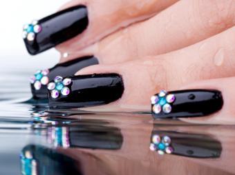 https://cf.ltkcdn.net/skincare/images/slide/47416-677x505-black-nails2.jpg
