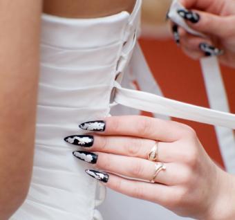 https://cf.ltkcdn.net/skincare/images/slide/47421-566x530-black-nails7.jpg