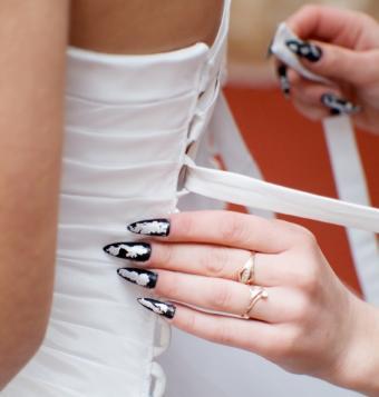 https://cf.ltkcdn.net/skincare/images/slide/47546-566x594-wedding_nails3.jpg