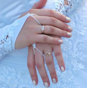 https://cf.ltkcdn.net/skincare/images/slide/47555-622x623-wedding_nails12.jpg