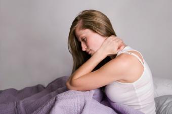 https://cf.ltkcdn.net/sleep/images/slide/124554-798x531-WomanRubbingNeck.jpg