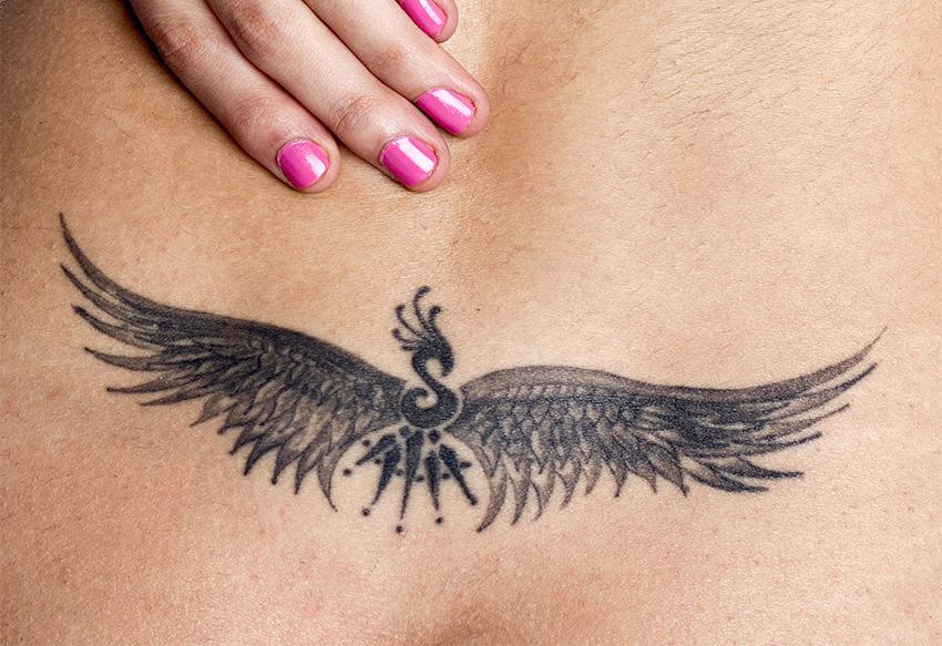 https://cf.ltkcdn.net/tattoos/images/slide/178456-850x583-wings-lower-back-tattoo.jpg
