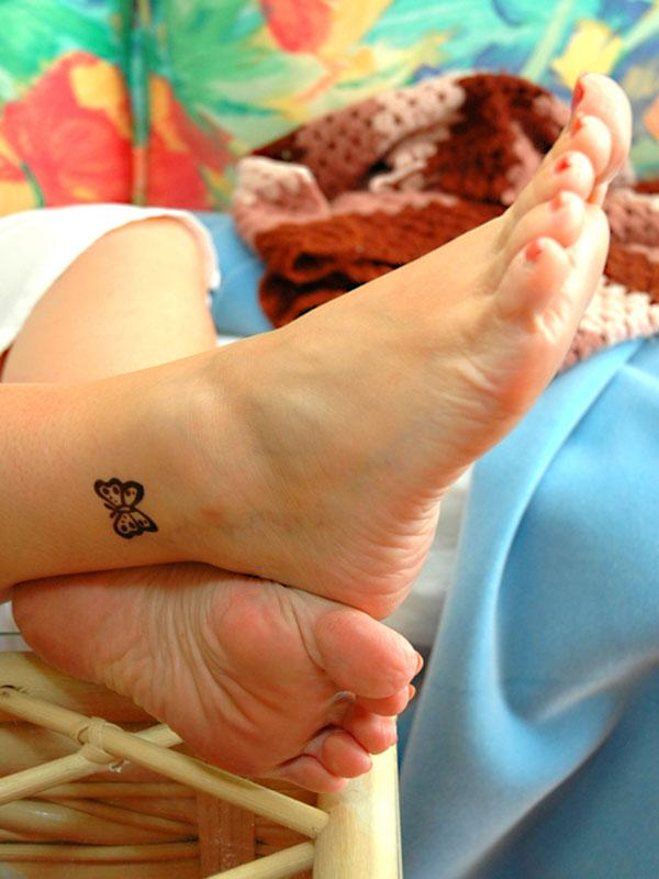 https://cf.ltkcdn.net/tattoos/images/slide/183725-600x800-butterfly-tattoo-on-ankle.jpg