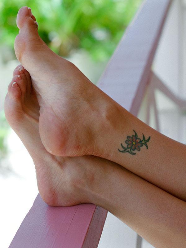 https://cf.ltkcdn.net/tattoos/images/slide/183736-600x800-flower-ankle-tattoo.jpg