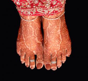 https://cf.ltkcdn.net/tattoos/images/slide/10693-720x667-Mehendi-feet.jpg
