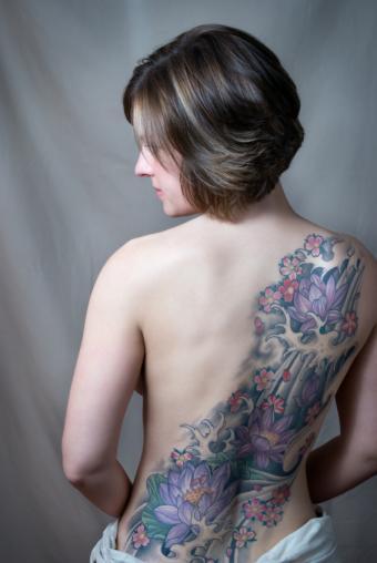 https://cf.ltkcdn.net/tattoos/images/slide/141360-567x847r1-cross-back-floral-tat.jpg