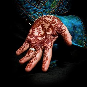https://cf.ltkcdn.net/tattoos/images/slide/142480-693x693-mehendi-on-a-bride%27s-hand.jpg