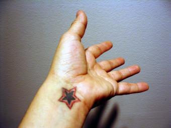 https://cf.ltkcdn.net/tattoos/images/slide/155479-850x638r1-star-tattoo.jpg