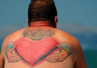 https://cf.ltkcdn.net/tattoos/images/slide/156272-565x397-claddagh.jpg