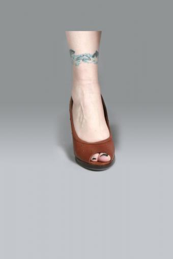 https://cf.ltkcdn.net/tattoos/images/slide/191041-567x850-dolphin_anklet_tattoo_design.jpg