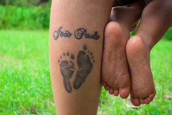 https://cf.ltkcdn.net/tattoos/images/slide/214778-850x567-baby-feet-name-tattoo.jpg