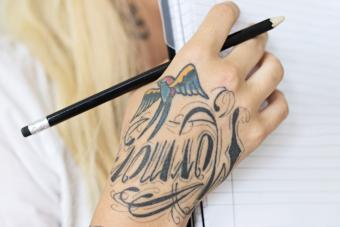 https://cf.ltkcdn.net/tattoos/images/slide/214867-850x567-handtattoo.jpg
