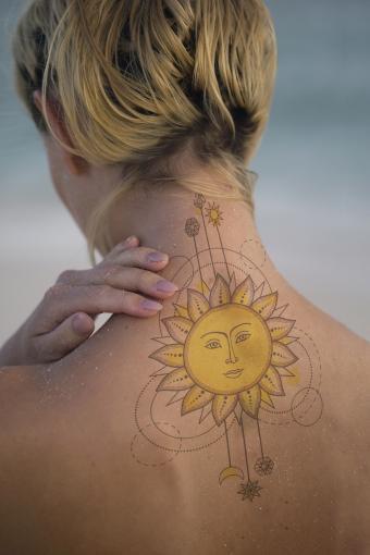 https://cf.ltkcdn.net/tattoos/images/slide/218257-567x850-geometricneck.jpg