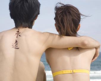 https://cf.ltkcdn.net/tattoos/images/slide/219762-850x680-couple-at-beach.jpg