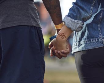 https://cf.ltkcdn.net/tattoos/images/slide/219767-850x680-coupleholdinghands.jpg