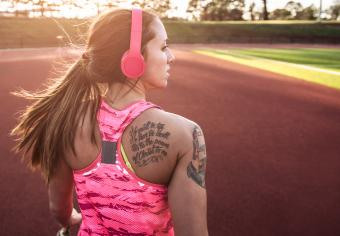 runner with large quote shoulder tattoo