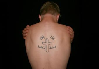 https://cf.ltkcdn.net/tattoos/images/slide/235025-850x590-cross-tattoo-on-back.jpg