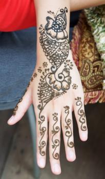Floral Arabic henna design; © Andrewblue | Dreamstime.com