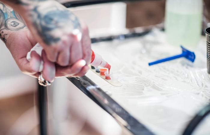 Tatuador en estudio preparando