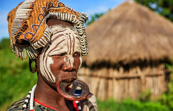 Retrato de una mujer de la tribu Mursi