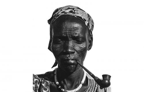 Mujer africana con escarificación tribal facial