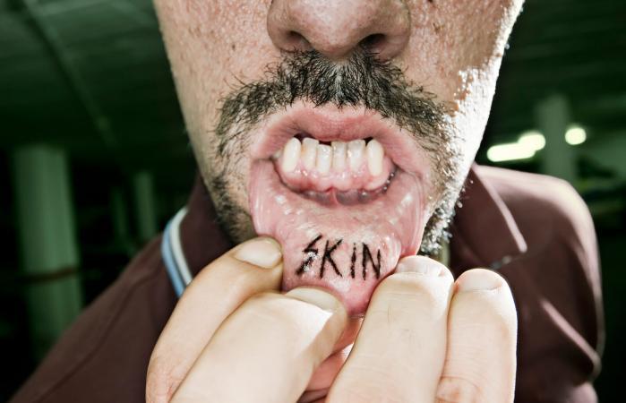 Tatuaje dentro del labio