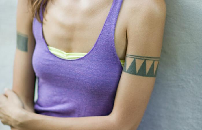 Mujer con un tatuaje en el brazo