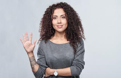 Mujer con tatuaje en el brazo