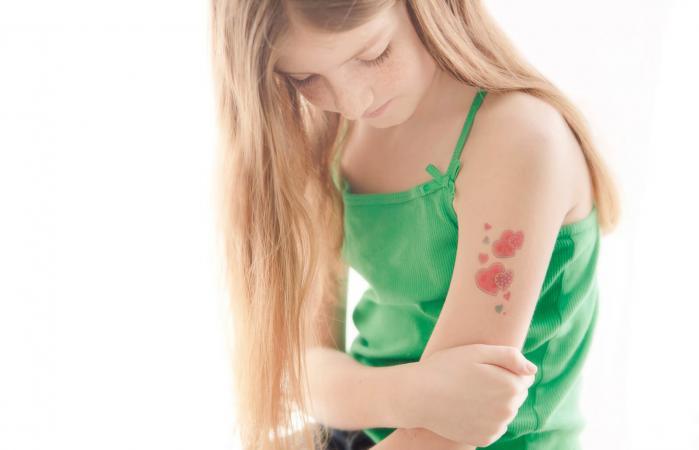 Chica con un tatuaje temporal en el brazo