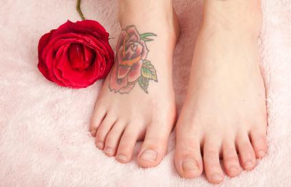 Pies de mujer con tatuaje de rosa