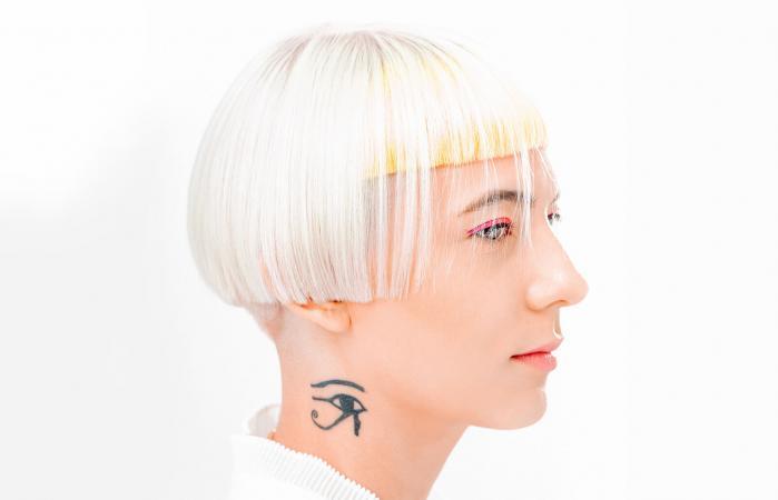 Mujer con tatuaje de ojo ra