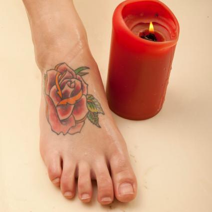 Tatuaje de rosa en el pie