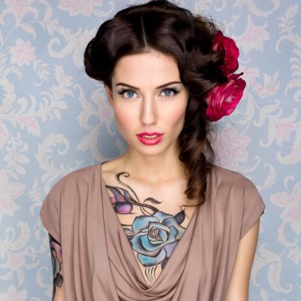 Mujer con tatuaje de rosa