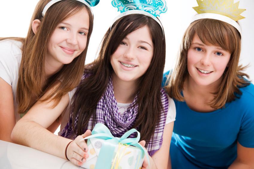 https://cf.ltkcdn.net/teens/images/slide/166047-849x565-three-teens-with-birthday-gift.jpg
