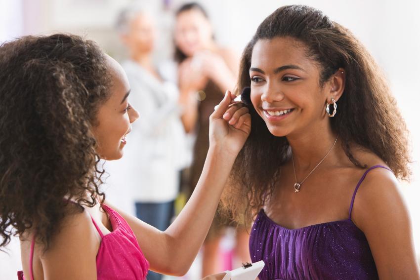 https://cf.ltkcdn.net/teens/images/slide/242252-850x567-girls-preparing-for-homecoming.jpg